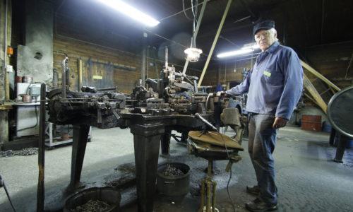 Automatic chain making machine